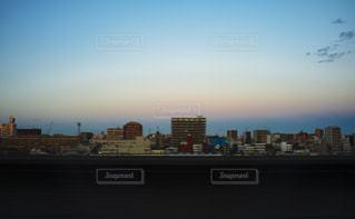 夕暮れ時の都市の景色の写真・画像素材[1696248]