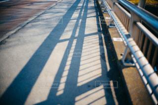 プラットフォームの横にあるベンチの写真・画像素材[1825145]