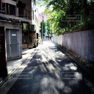 建物の前の空の歩道の写真・画像素材[2500649]