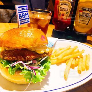 BBMチキンバーガーとフライドポテトの写真・画像素材[1468917]