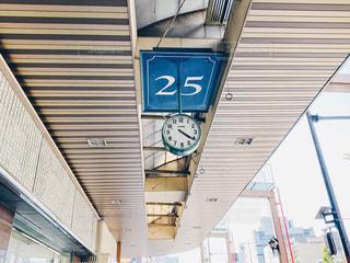 建物の側の時計の写真・画像素材[3194610]