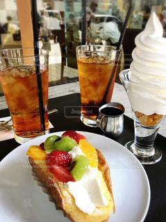 食べ物の皿とテーブルの上のグラスのクローズアップの写真・画像素材[2279116]