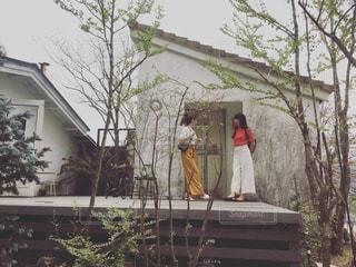 家の前に立っている人の写真・画像素材[2290827]