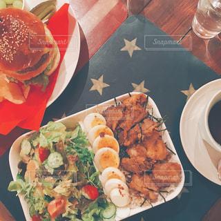 テーブルの上に食べ物のプレートの写真・画像素材[1070153]