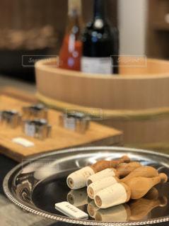 テーブルの上に食べ物のプレートの写真・画像素材[1192184]