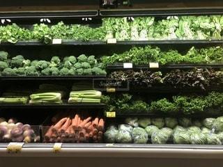 ストアのウィンドウでディスプレイにさまざまな野菜の束の写真・画像素材[1647815]