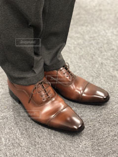 青と黒の靴を履いて足のペアの写真・画像素材[1738457]