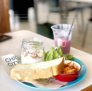 サンドイッチとコーヒー1杯の皿の写真・画像素材[2172594]