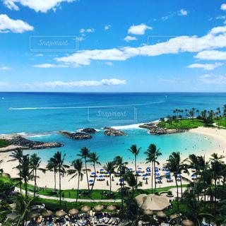 水域の隣のビーチの眺めの写真・画像素材[2299109]