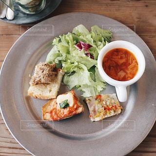 木製のテーブルの上に食べ物のプレート - No.927124