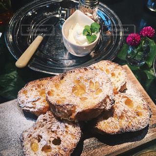テーブルの上に食べ物のプレートの写真・画像素材[927125]