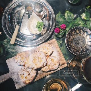テーブルの上に食べ物のプレート - No.927126
