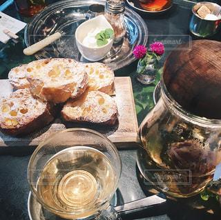食品とテーブルの上にワインのグラスのプレート - No.927127