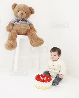 テディー ・ ベアを持って赤ちゃんの写真・画像素材[1741686]