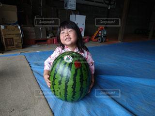すいかと女の子の写真・画像素材[713204]
