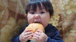 いくつかの料理を食べている男の子の写真・画像素材[1066239]