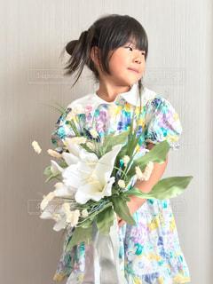 花を持つ少女の写真・画像素材[2503000]