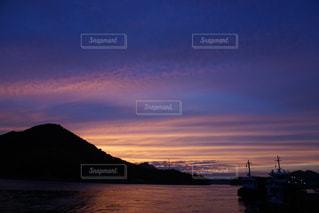 水の体に沈む夕日の写真・画像素材[738618]