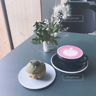 カラーラテと抹茶マフィンの写真・画像素材[875406]