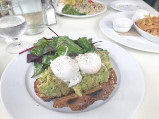 テーブルの上に食べ物のプレートの写真・画像素材[875407]