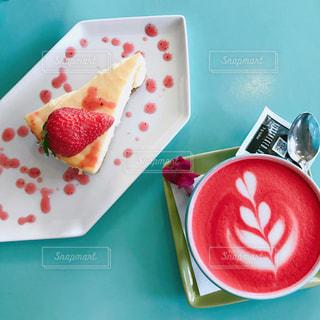 カラーラテとケーキの写真・画像素材[1158612]