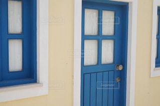 ウィンドウの横にある青い扉の写真・画像素材[1158616]