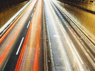 夜の道を行き交う車のライトの写真・画像素材[2063495]