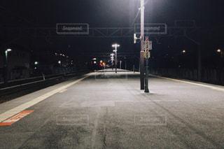 夜の駅のホームの写真・画像素材[2109205]