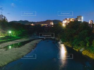 夜の川の写真・画像素材[2125090]