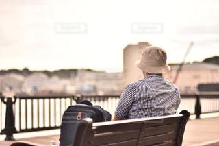 ベンチに座っている人の写真・画像素材[866947]