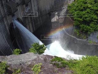 岩の壁に大きな滝の写真・画像素材[866951]