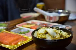 テーブルの上に食べ物のボウル - No.878041