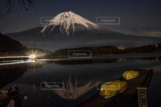 水の体に沈む夕日の写真・画像素材[906061]