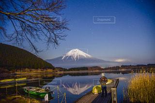 背景の山と水体の写真・画像素材[906063]