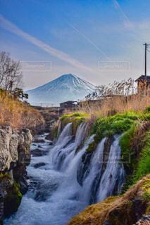 山の中腹に木の滝の写真・画像素材[906078]