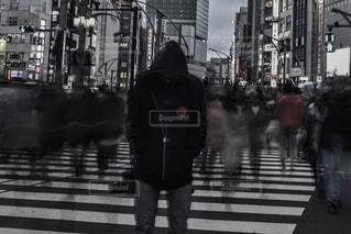 傘を持って通りを歩いて人々 のグループの写真・画像素材[919563]