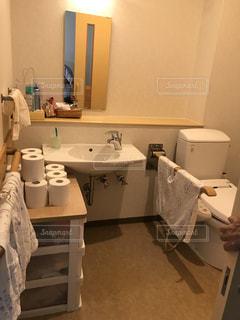 洗面台と鏡付きのバスルームの写真・画像素材[903242]