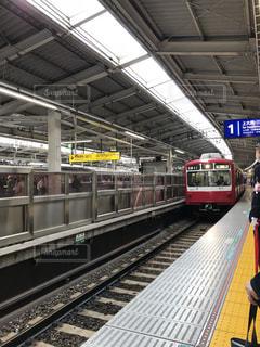 電車の駅で座っている人々 のグループ - No.1129823