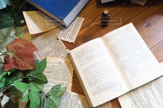 木製のテーブルのパンフレットのスタックの写真・画像素材[715403]