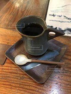 木製テーブルの上のコーヒー カップ - No.822070