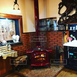 暖炉と家具でいっぱいの部屋 - No.919315
