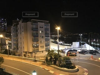 夜のライトアップされた街の写真・画像素材[1110425]