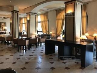 部屋の家具と大きな窓の写真・画像素材[1110550]