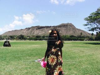 芝生のフィールドに立っている人の写真・画像素材[1714936]