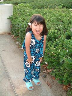 歩道で立っている女の子の写真・画像素材[1714954]