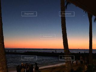 ハワイの海に沈む夕日の写真・画像素材[1158493]