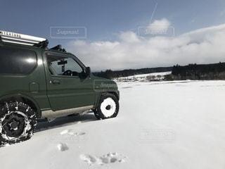 雪の中でトラックを駐車します。 - No.992726