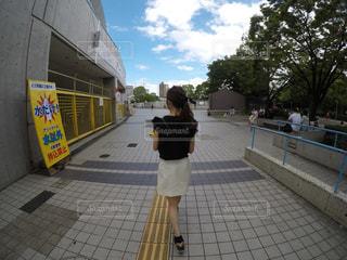 歩道の上に立っている人の写真・画像素材[939747]