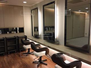 部屋いっぱいの家具とフラット スクリーン テレビの写真・画像素材[1626025]