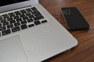 木製テーブルの上に座っている開いているラップトップ コンピューターの写真・画像素材[1640858]